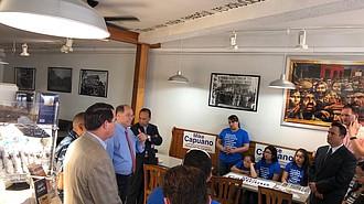 Mike Capuano (de camisa azul) se dirige a los asistentes a una reunión comunitaria en Chelsea en el marco de su campaña por la reelección como congresista del Distrito 7 de Massachusetts.