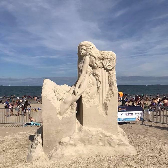"""Escultura """"Vanishing Muse"""", de Pavel Mylnikov, ganadora del primer lugar en el Festival de Esculturas de Arena de Revere Beach 2018"""