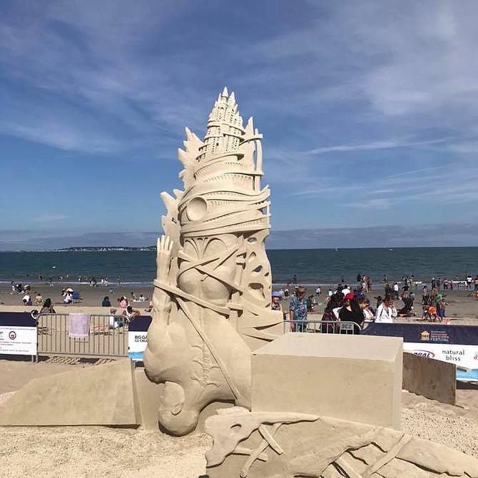 """Escultura """"The Fall of Icarus"""", ganadora del tercer premio en la edición 2018 del Festival Internacional de Esculturas de Arena de Revere Beach. Autora: Ilya Filmonstev"""