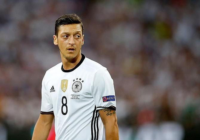 Ozil deja la selección alemana y afirma que se siente víctima de racismo