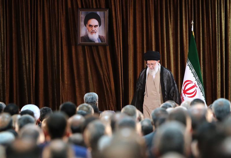 IRÁN. El líder supremo iraní, el ayatolá Ali Khamenei, en una reunión con funcionarios del Ministerio de Relaciones Exteriores en Teherán