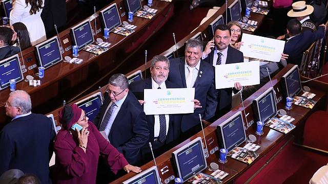COLOMBIA - Victoria Sandino (i), Pablo Catatumbo (2i) y Luis Alberto Albán (c) del partido FARC