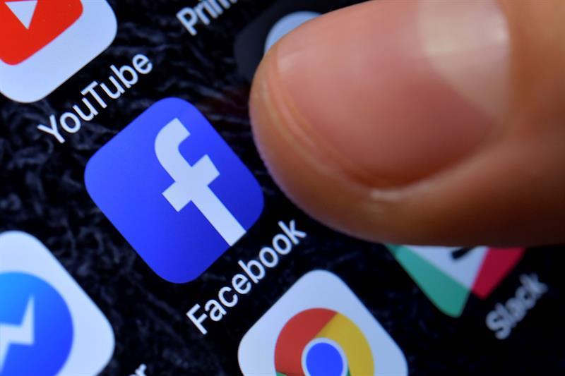 REDES SOCIALES. Fotografía de archivo del 8 de noviembre de 2017, del icono de Facebook en un iPhone