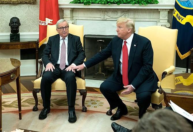 WASHINGTON. El presidente de la Comisión Europea (CE), Jean-Claude Juncker (izda), y el presidente estadounidense, Donald Trump, se reúnen en el Despacho Oval de la Casa Blanca, en Washington, EE.UU.