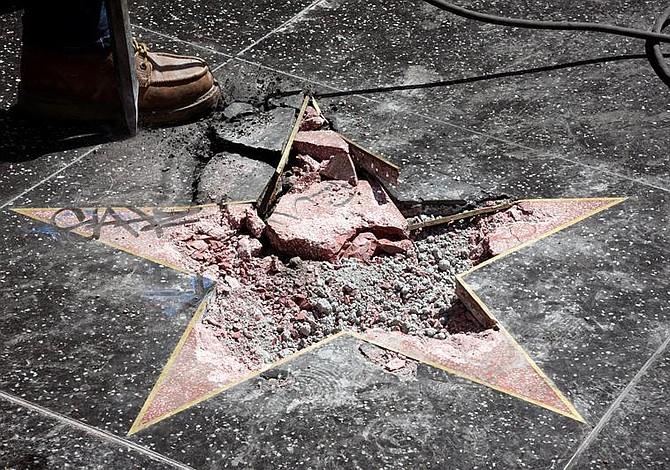 Destruyen la estrella de Donald Trump en el Paseo de la Fama (Fotos)