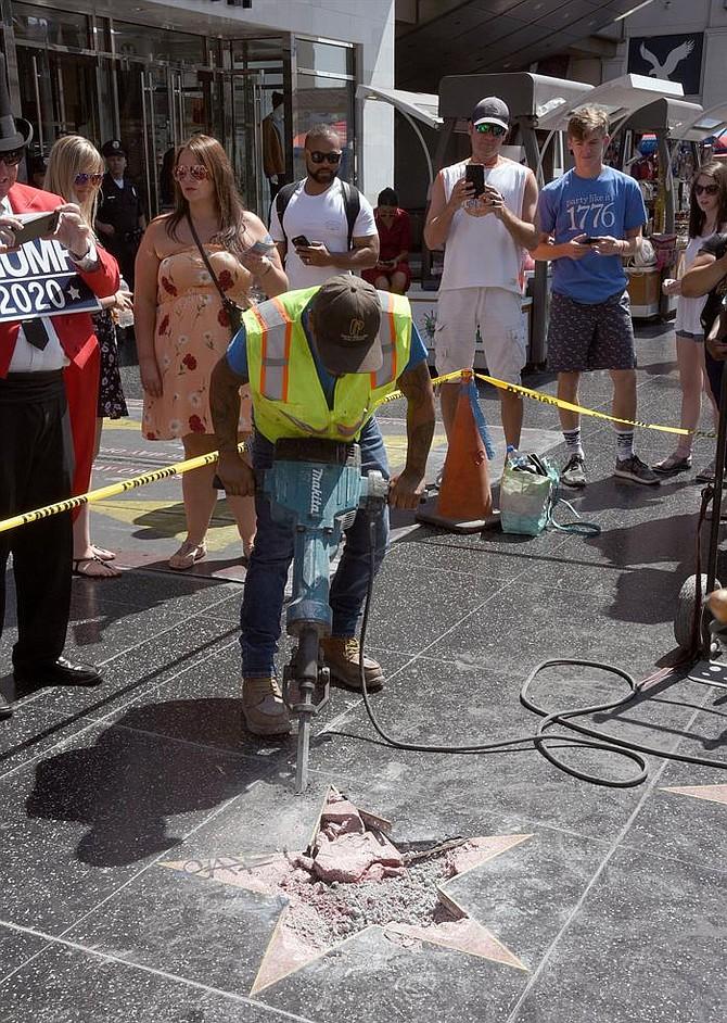 EEUU. Un grupo de trabajadores retiran los restos dañados de la estrella del presidente estadounidense, Donald J. Trump, tras que fuera destruida durante la noche, hoy, miércoles 25 de julio de 2018, en el Paseo de la Fama de Hollywood, Los Ángeles (EE.UU.). Un sospechoso está bajo custodia en el Departamento de Policía de Los Ángeles.