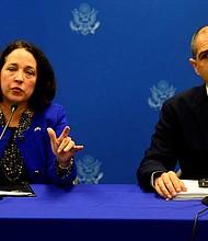 POLÍTICA. El subsecretario de Estado para Asuntos Consulares estadounidenses, Carl Risch; junto con la embajadora de EE.UU. en El Salvador, Jean Manes