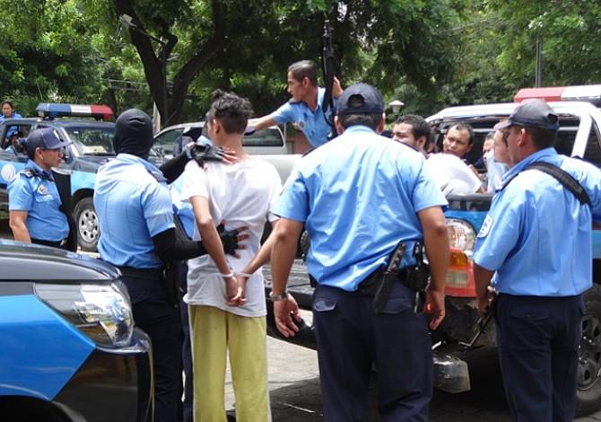 Hombre que fue arrastrado por la Policía de Nicaragua denuncia acoso