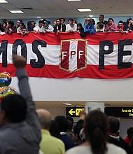 ALEGRÍA. Durante junio los peruanos de todo el mundo celebraron a la Blanquirroja. Esta foto muestra seguidores esperando en el aeropuerto Jorge Chávez la llegada de su selección.