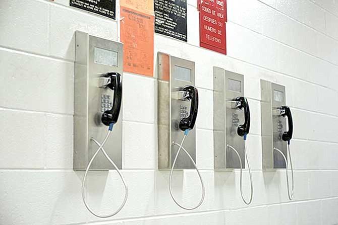 Ocho dólares por llamar a hijos detenidos
