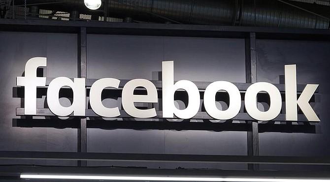 REDES SOCIALES. Fotografía de archivo muestra un letrero iluminado de Facebook en un stand de la compañía