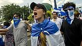 MANAGUA. Una joven participa en una marcha en apoyo a obispos, en Nicaragua, el sábado 28 de julio de 2018