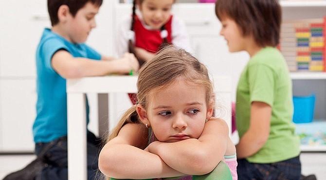 Si la falta de relación social afecta al niño hay que ayudarlo.