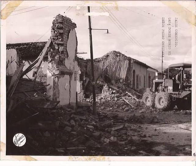 En otra captura de Otaiza se aprecia la ruinosa vivienda de una de las víctimas mortales del movimiento telúrico