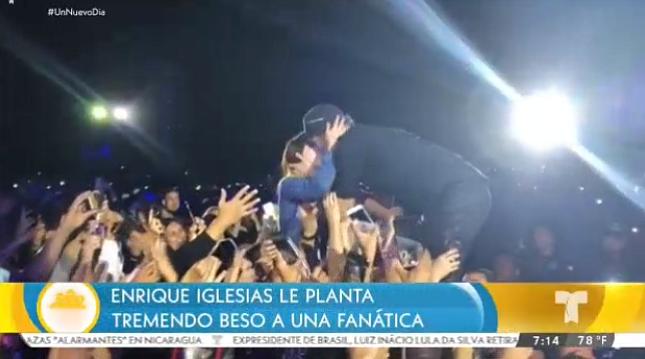 "Enrique Iglesias le planta un beso ""de novela"" a una fan en pleno show en México (Video)"