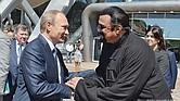 STEVEN SEAGAL. Saluda al presidente ruso Vladimir Putin.