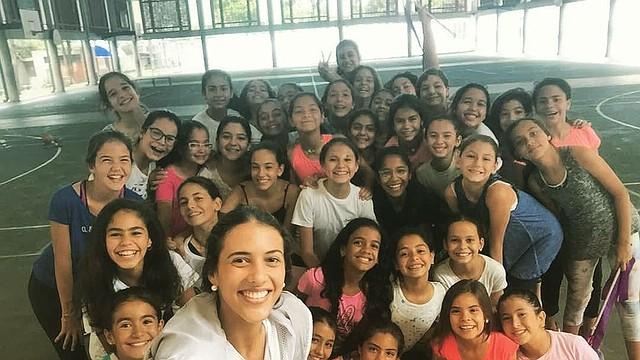 """VEENZUELA - Selfie de Valentina Morantes con sus alumnas. """"Cada vez que las veo montadas en una tarima me hacen sentir inmensamente orgullosa""""."""