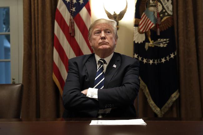 El presidente Donald Trump escucha durante una reunión con miembros del Congreso en la Casa Blanca en Washington el jueves 17 de julio de 2018.