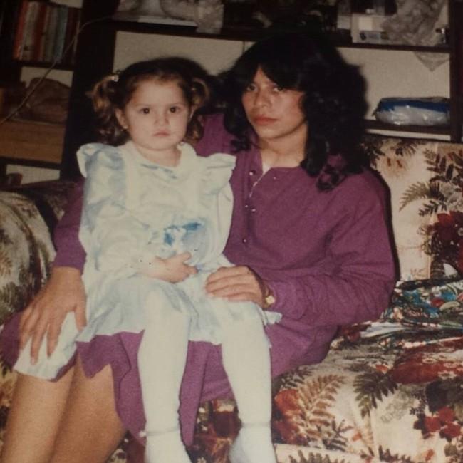 INFANCIA. La directora de LULAC de pequeña sobre el regazo de su madre, Norma, cuando vivían en Los Ángeles.