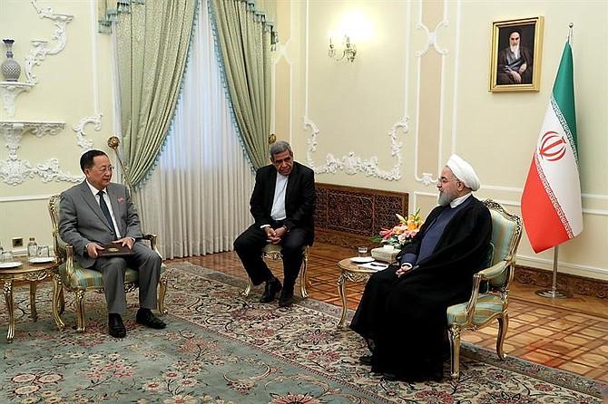 IRÁN. El presidente Hasan Rohaní (dcha) recibe al ministro de Exteriores norcoreano Ro Yong-ho (izq), en Teherán, el 8 de agosto de 2018