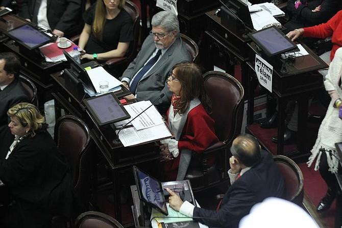 BUENOS AIRES. La ex presidenta y senadora Cristina Fernández de Kirchner (c) interviene durante el debate del proyecto de ley para legalizar el aborto en el Senado, el jueves 9 de agosto de 2018
