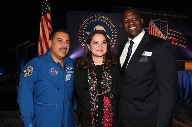 LULAC. Durante la última convención de LULAC, el astronauta José Hernández (izq.), Sindy Benavides (cen.), y su esposo Carlos Suber (der.).