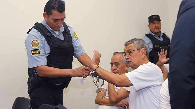 EL SALVADOR - Un custodio retira las esposas a Francisco Rodríguez, exjefe de la Unidad Financiera Institucional (UFI) de Casa Presidencial.