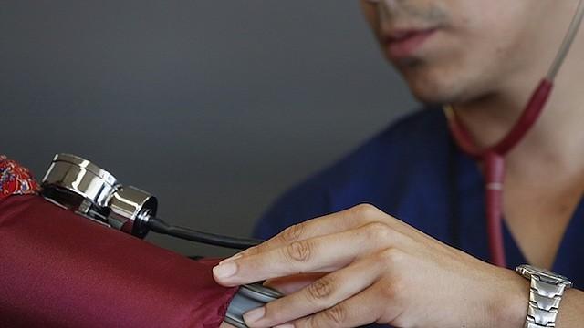 SALUD. Un paciente se realiza un chequeo de presión arterial. Los incentivos de ACA motivan a las aseguradoras a mantener sanos a sus pacientes.