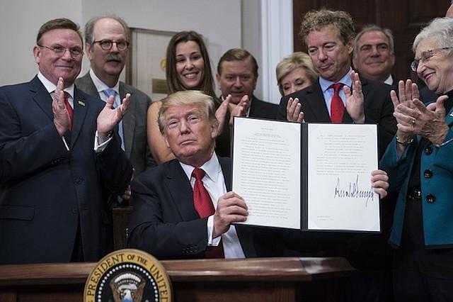 ADMINISTRACIÓN. El presidente Trump en la Casa Blanca después de firmar una orden ejecutiva que hace modificaciones al cuidado de la salud.