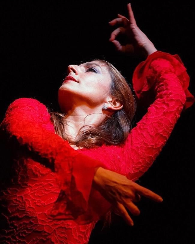OMAYRA AMAYA. A través del flamenco, Amaya muestra las cambiantes emociones que surgen durante las conversaciones, tragos compartidos y camaradería que se dan en la sobremesa.