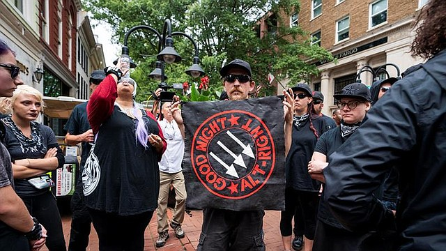 EE.UU. Un grupo de antifascistas marchan por el centro de Charlottesville mientras la ciudad conmemora el aniversario de la manifestación Unite the Right del año pasado en Charlottesville, Virginia.