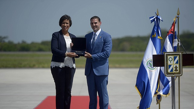 Tras el arribo de la alcaldesa Bowser al Aeropuerto Internacional Monseñor Óscar Arnulfo Romero, el alcalde Muyshondt le dio la bienvenida junto a su comitiva.