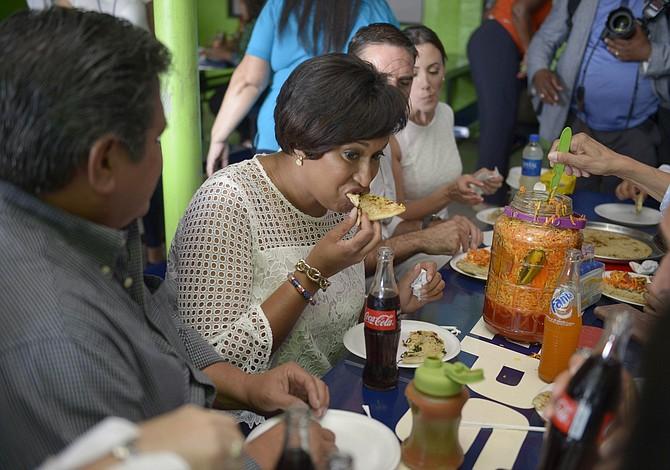 Bowser disfrutó del plato típico de los salvadoreños