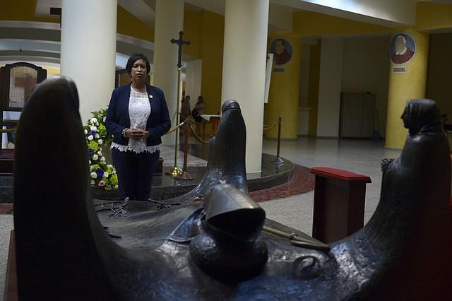 Durante su estadía, el primer día en el país, la alcaldesa visitó la cripta del beato Óscar Arnulfo Romero en Catedral Metropolitana.