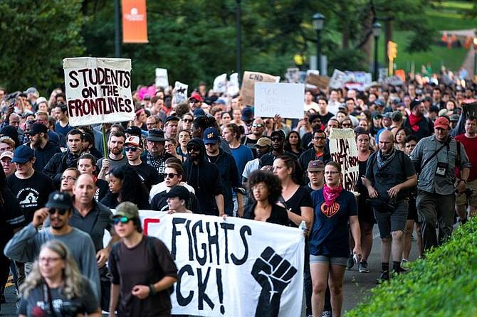 """EE.UU. Estudiantes de la Universidad de Virginia (UVA), junto con residentes y antifascistas, marchan a través del campus de la UVA durante una """"Rally for Justice"""" cerca del centro de Charlottesville"""