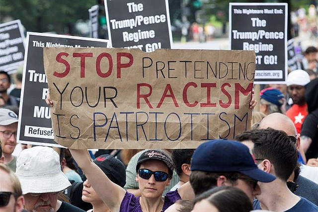 EE.UU. La gente se reúne en la Plaza de la Libertad para unirse a una contramanifestación a la manifestación de Unite the Right rally en Washington
