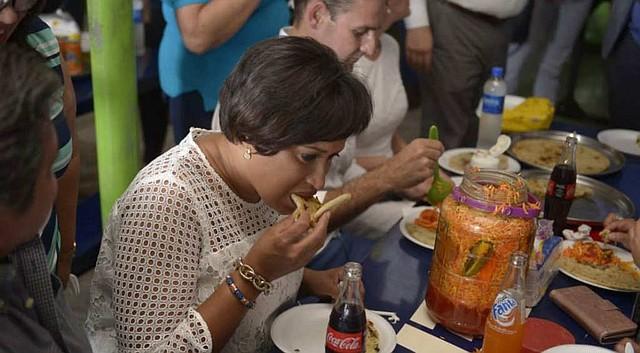 EL SALVADOR. Muriel Bowser se deleitó con el platillo salvadoreño