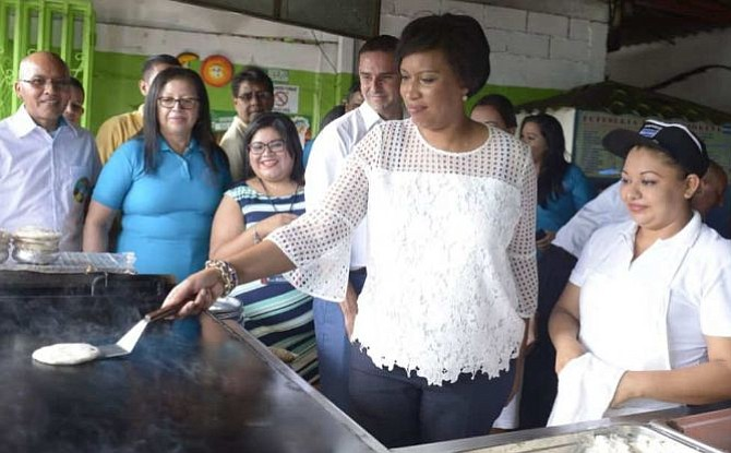 Alcaldesa de Washington disfrutó del plato típico de El Salvador [FOTOS]