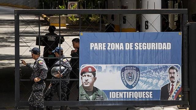 CARACAS. Policías custodian la entrada a la sede del Servicio Bolivariano de Inteligencia Nacional (Sebin) en El Helicoide, el miércoles 8 de agosto de 2018