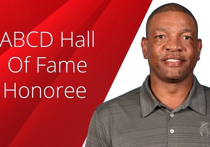 Entrenador y filántropo de la NBA será incluido en el Salón de la Fama de ABCD