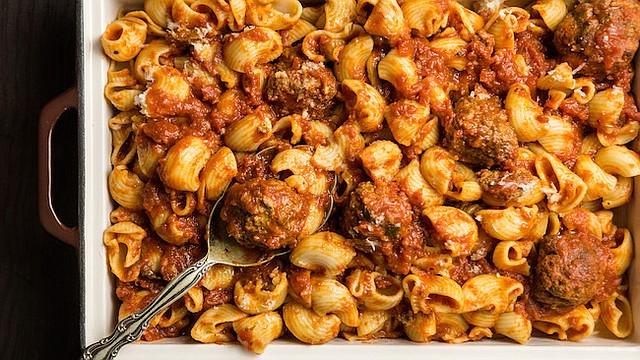 OPCIONES. Hacer tu propia pasta te abre la puerta a opciones como este platillo con salsa roja y albóndigas.