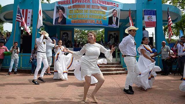 EL SALVADOR - Rosibel mostró sus dotes de bailarina en el evento de recibimiento para la alcaldesa Bowser.