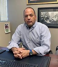 El doctor Julian Grove, especialista en dolor, dice que los médicos ya están enfrentando presiones de distintos frentes para reducir el tratamiento con opioides.