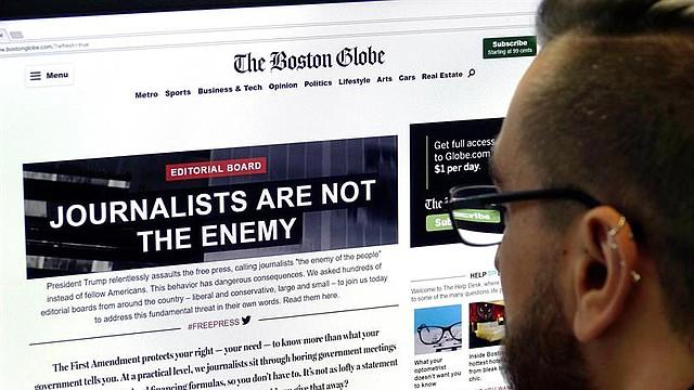 """MEDIOS. Un hombre visita el portal de la edición en línea de The Boston Globe, en el que se lee """"Los periodistas no son el enemigo"""", en Fráncfort, Alemania, el 16 de agosto de 2018"""