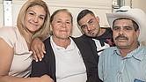 Virginia Barriga con su madre Ma. de la Salud y su familia.