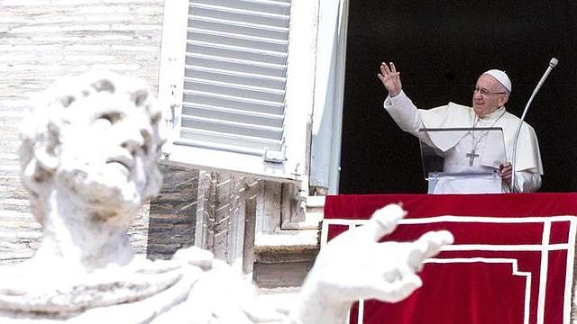 IGLESIA. El papa Francisco recita el Angelus desde la ventana del palacio apostólico en la plaza de San Pedro en el Vaticano, el 15 de agosto de 2018