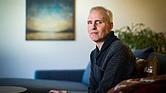 Aaron McQ, de 50 años, posó en su apartamento de Seattle, el 31 de enero. McQ había estado luchando contra la leucemia y una forma rara de esclerosis lateral amiotrófica. Los doctores le dijeron que tenía seis meses o menos de vida y confirmaron que calificaba para la ley estatal de muerte digna.
