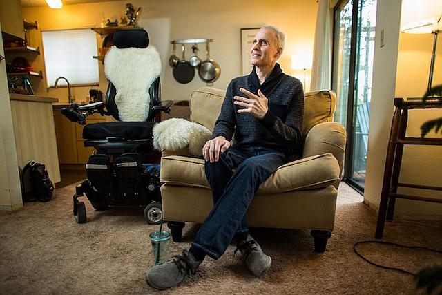 """Aaron McQ habló durante una entrevista en su apartamento en Seattle, en enero.  """"Nadie está realmente listo para morir"""", dijo."""