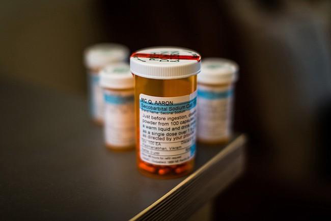En diciembre, un amigo de McQ recogió la receta de 100 pastillas del poderoso sedante secobarbital. Por semanas, el frasco estuvo en una gaveta en su cocina.