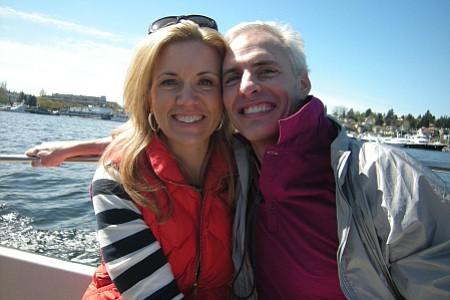 Aaron McQ y su amiga Karen Robinson solían ir a navegar en la bahía Portage, en Seattle, como en la foto en 2013.
